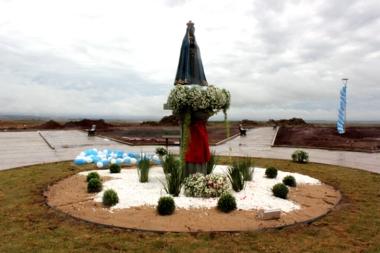 Distrito Nossa Senhora Aparecida comemora dia da Padroeira do Brasil e ganha imagem gigante da santa